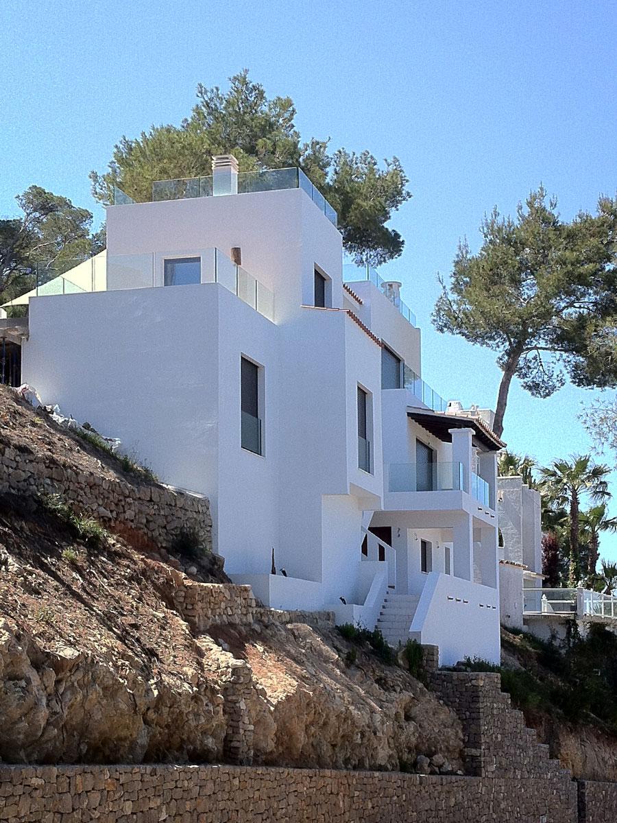 Fachada reformada en vivienda unifamiliar aislada en Siesta (Ibiza)